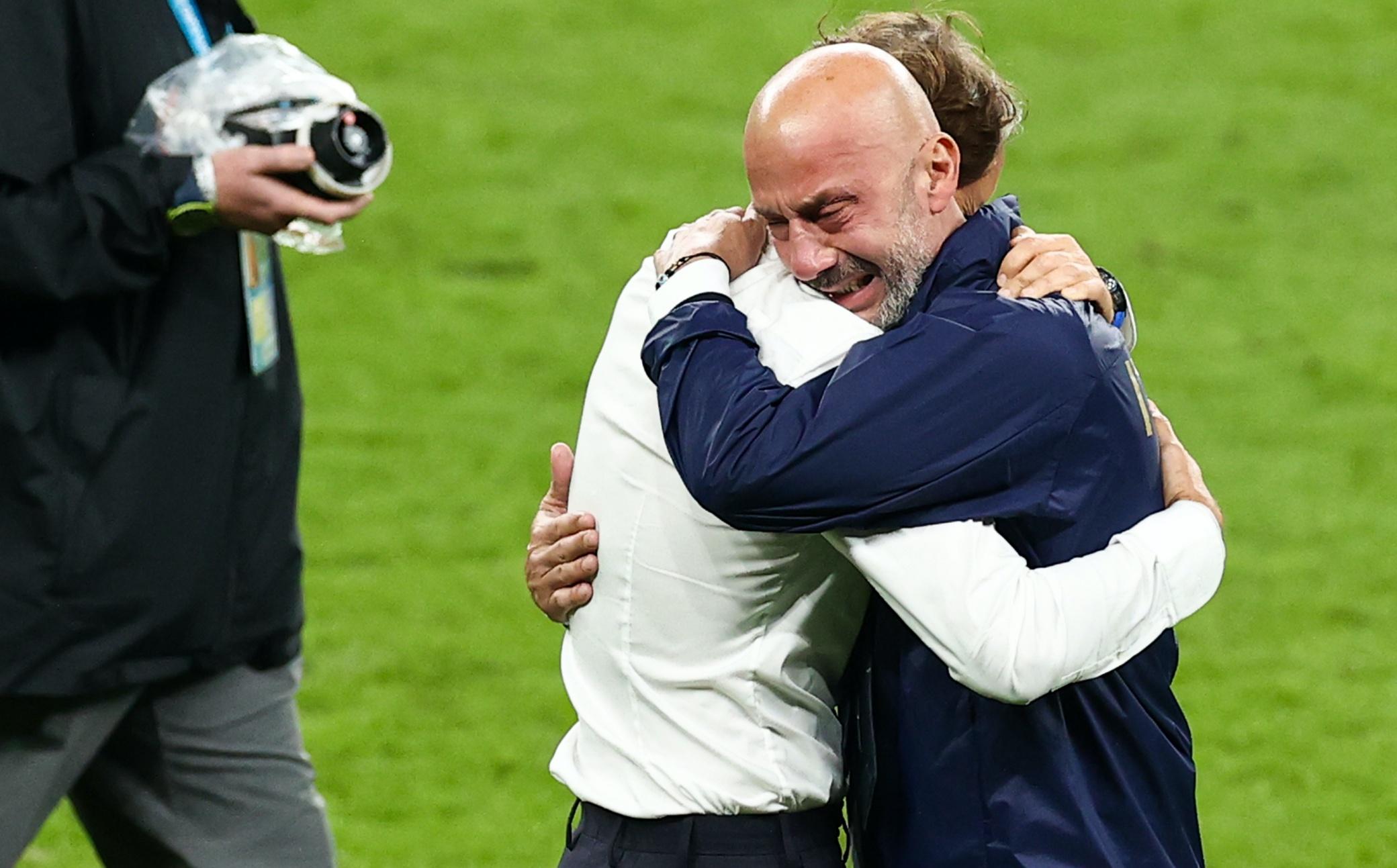 Read more about the article Oddio è lunedì #203 – L'abbraccio fra Mancini e Vialli che vale più di mille parole